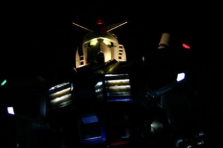 機動戦士ガンダム:静岡に立つ! 実物大立像、光り輝くビームサーベルを装備 報道陣にお披露目